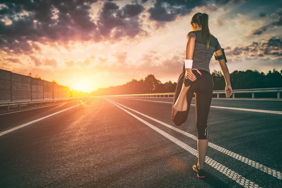 Frau macht sich bereit für langes Workout