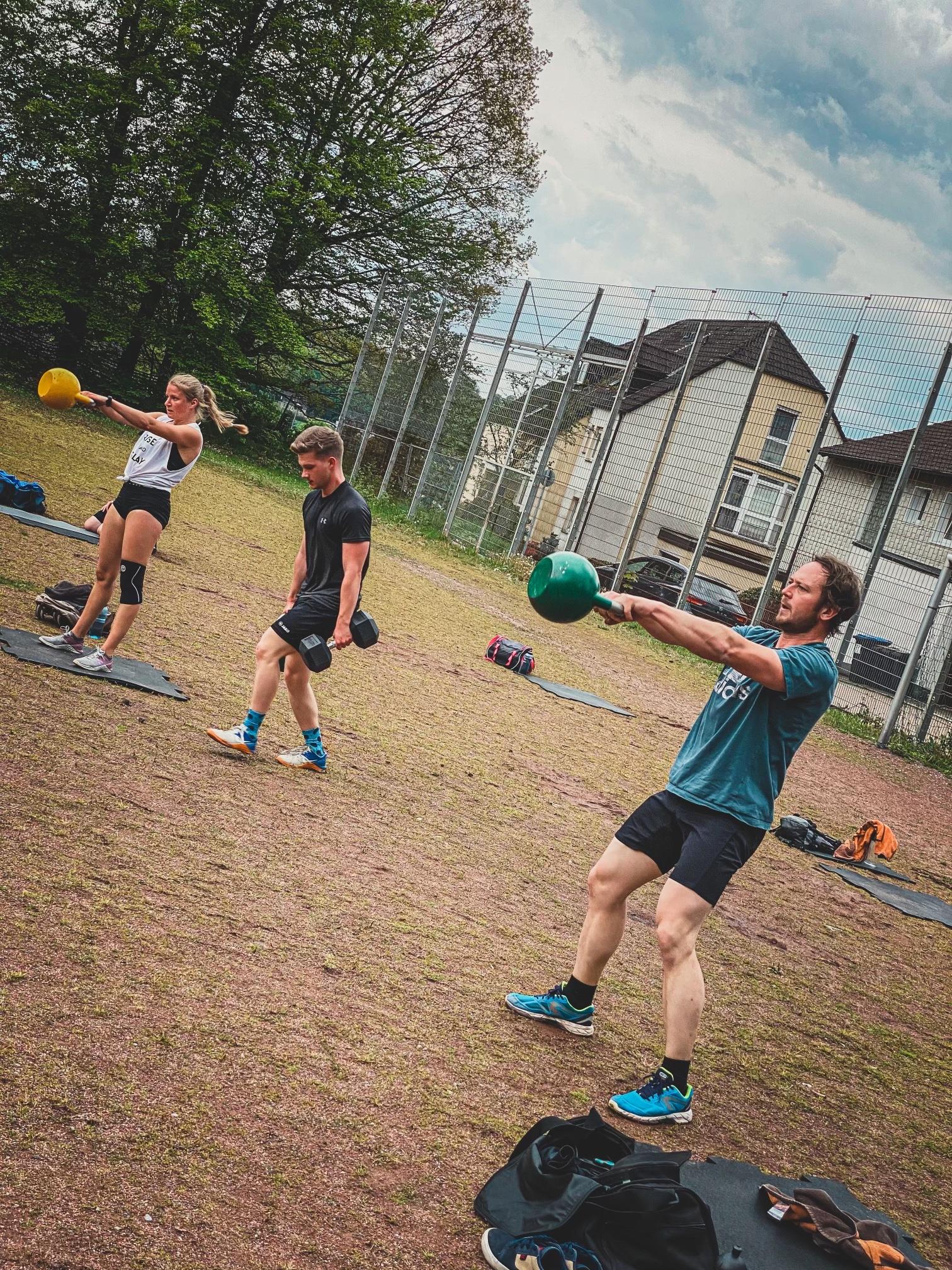 Sportler beim CrossFit Outdoor Training