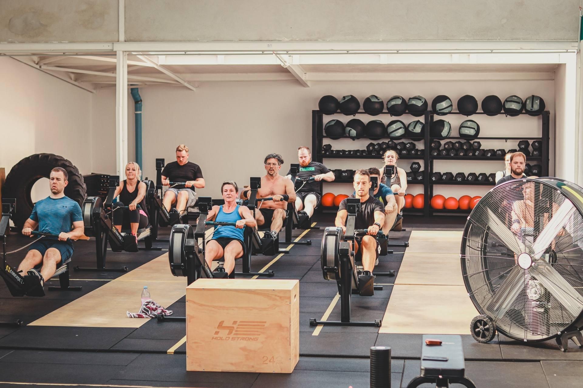Sportler machen ein Ruderworkout